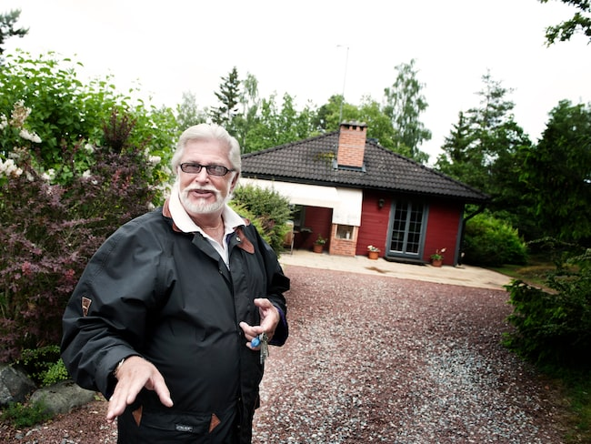 """Den arkitektritade villan ligger vid vattnet i Elfvik. """"Jag har brygga, 30 meter strand, en jättetomt på 6 000 kvadrat och sol från morgon till kväll."""""""