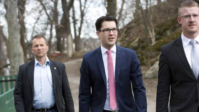 Sverigedemokraterna, med partiledaren Jimmie Åkesson i spetsen, får två extra riksdagsledamöter. Foto: Sven Lindwall