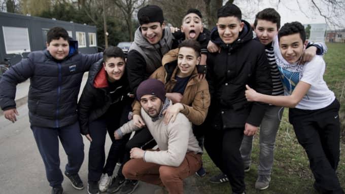"""""""Jag vill fylla deras huvuden med positiva tankar"""", säger Nordin Echahbouni (längst ner). Från vänster: Jones, Ilias, Jassin, Anuar, Ali, Tarim, Josef, Muhamed. Foto: Olle Sporrong"""