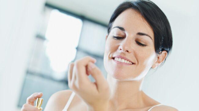 Tar du ofta parfym på handleden och halsen? Det finns andra sätt att applicera parfym om du vill att doften ska hålla så länge som möjligt.