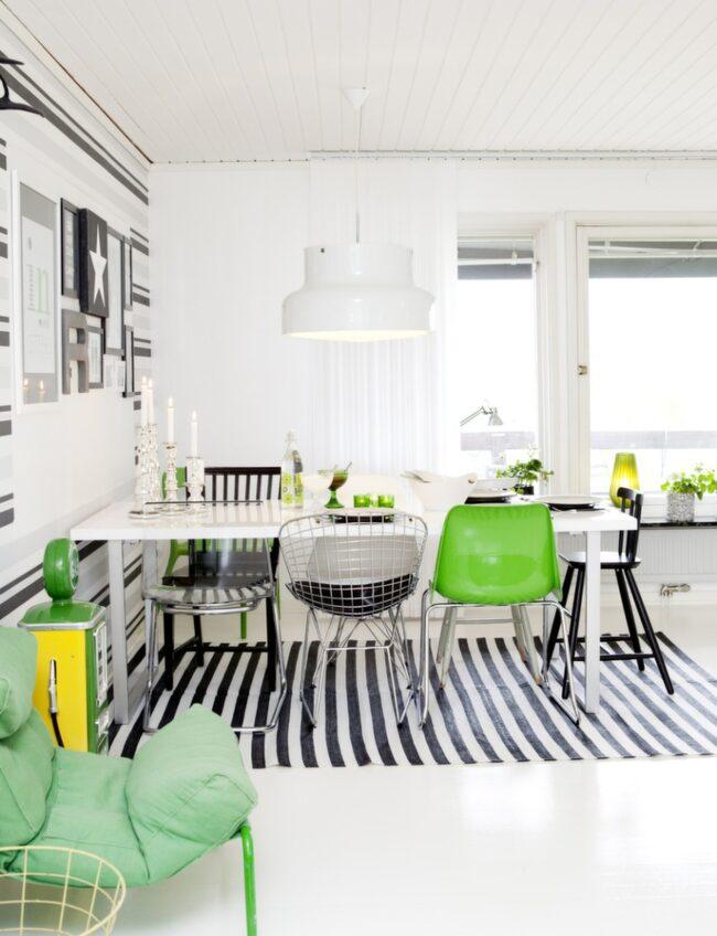 Matsalen och vardagsrummets långsida har många fönster som vetter mot älven. Therese har blandat olika stolar runtomkring bordet för att skapa en personlig stil.