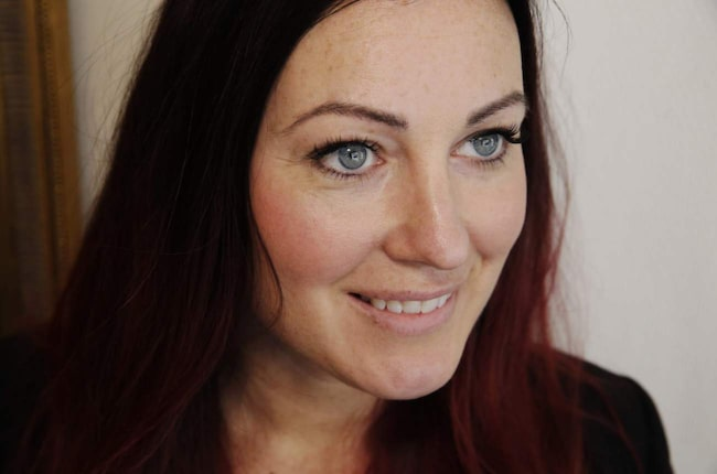 Melanie Ström har precis genomfört en singelfransförlängning.