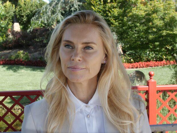 Anna Anka visar upp 20 år yngre kärleken
