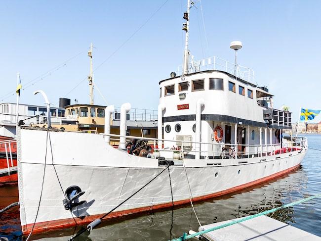 Det är inte ofta husbåtar med fast kajplats mitt i Stockholm är till salu.