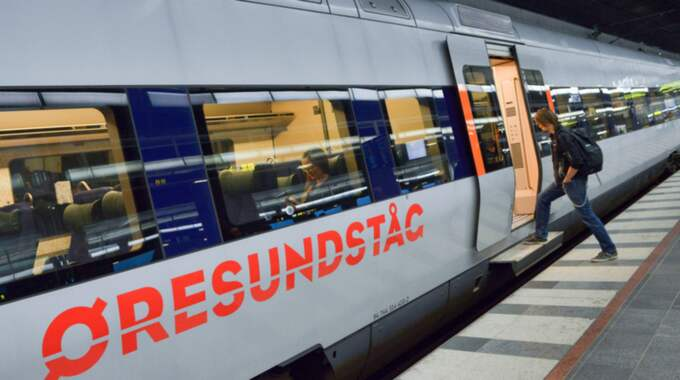 """2010 godkände den danska Trafikstyrelsen de nya reglerna som gör att Öresundstågen stannar så kort tid det bara är möjligt vid stationerna i Danmark. För att korta stoppen avskaffades tågpersonalens """"visuella efterkontroller"""". Foto: Johan Nilsson / Tt"""