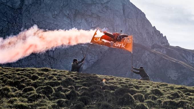 Anton Andersson flyger genom en banderoll – i 270 kilometer i timmen och drygt två meter ovanför markytan. Foto: Anton Andersson/Oddwork