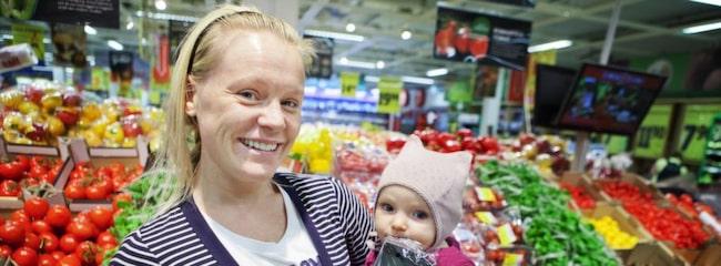 TOMATFÖRÄLSKELSE. För Hanna Pehrsson, 30, från Kungsholmen i Stockholm, heter favoritsorten romantica. Dottern Emma Larsson, åtta månader, tycker att plastförpackningen är mer intressant än grönsakerna.