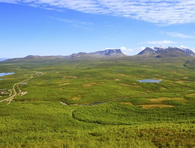 Norgevägen/Nordkalottvägen (E10). Här passerar du bland annat den magnifika Lapporten.