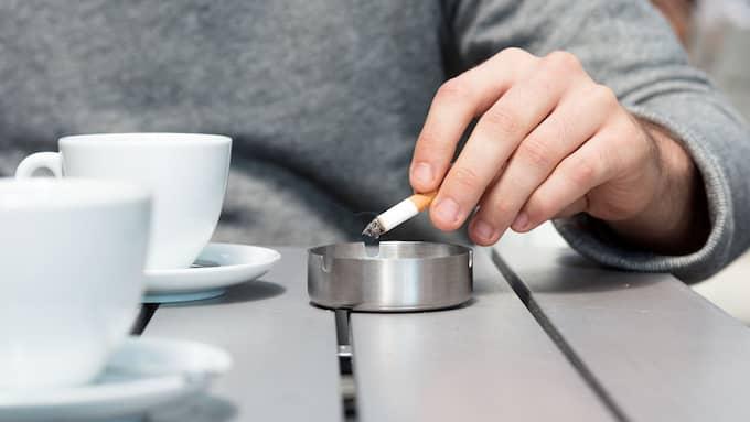 Regeringen vill införa rökförbud på uteserveringar, uppger Dagens Nyheter. Foto: Shutterstock