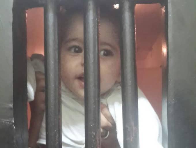 Bakom fängelsegallret i Egypten skymtar Ikram Taube, ett år gammal, som tillsammans med sin familj flytt krigets Syrien. Foto: Kassem Hamadé