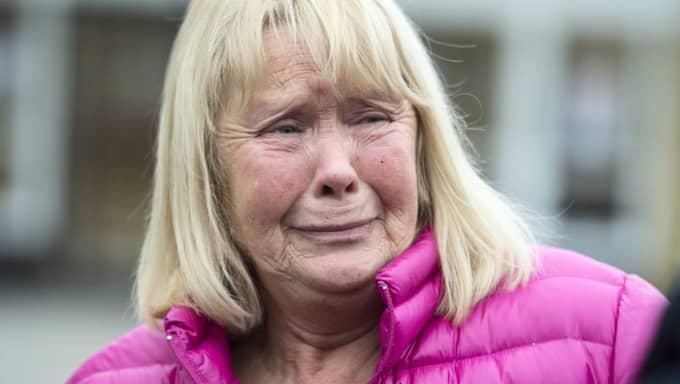 """Eva Carlberg, 62, från Svenljunga, var med på olycksbussen som på torsdagsmorgonen välte på riksväg 27 utanför Tranemo. Hennes syster vårdas nu på sjukhus för sina skador. """"Jag sa till syrran att nu blundar jag. Då hörde jag bara allt skrik i bussen och krasch, bom. Sedan var vi över på andra sidan vägen"""", berättar Eva Carlberg. Foto: Robin Aron"""