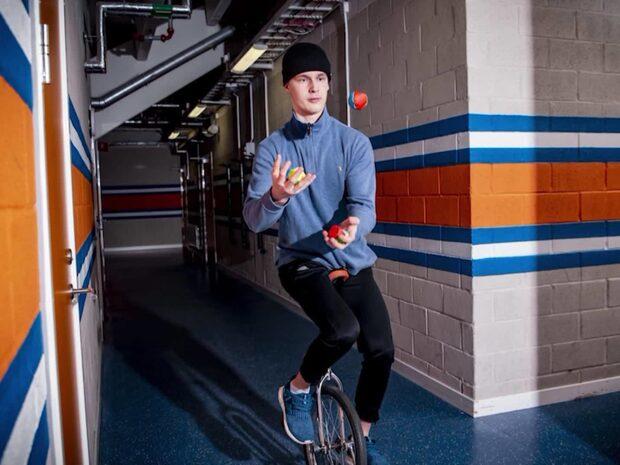 Hockeystjärnan visar sin dolda talang