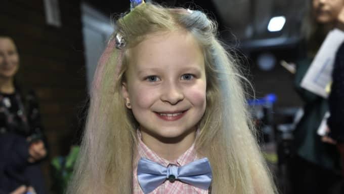 Sedan hon var med i Melodifestivalen 2014 har hon blivit en kändis och får ta selfies.