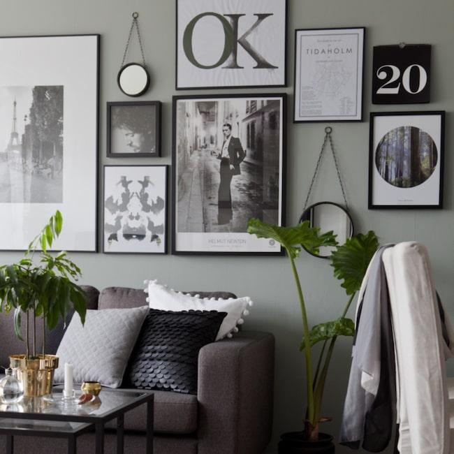 Svartvita motiv mixat med runda speglar hemma hos Sara Åberg i Tidaholm.