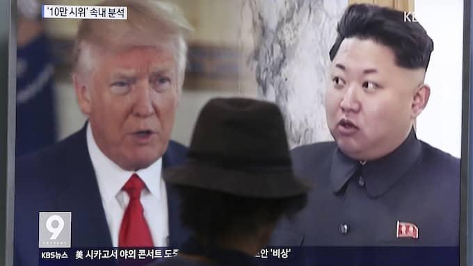 Donald Trump och Kim Jong-Un på samma tv-skärm i Sydkorea. Foto: AHN YOUNG-JOON / AP TT NYHETSBYRÅN