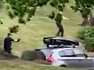 "Se videon: Polisen öppnar eld i svenska bostadsområdet: ""Herregud"""