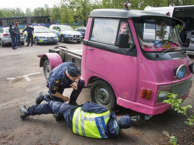 Polisen i Huddinge flaggade för kontroller av A-traktorer – det ledde till ett infekterat bråk på Huddingepolisens facebooksida.