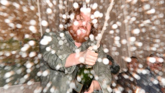 Martin Almgren fick instruktioner på hur han sprutade champagnen. Foto: OLLE SPORRONG