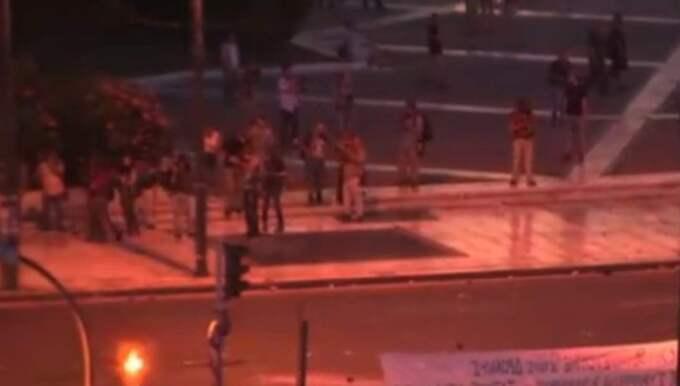 Ett stort antal personer har samlats på Syntagmatorget för att protestera.