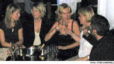 BESÖKTE FAVORITSTÄLLET. Agnetha Fältskog gjorde i morse ett av sina sällsynta besök i Stockholms nattliv. Tillsammans med sitt sällskap besökte hon favoritstället The PLaza Club och festade med champagne.
