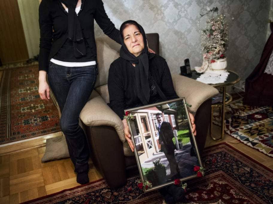 """""""De försökte inte prata med honom, de bara sköt"""", säger Elif Sahindal. Hennes son Mesut sköts till döds av polisen i början av april. För tolv år sedan mördades Elifs dotter Fadime av sin far. Foto: Jens L'Estrade"""