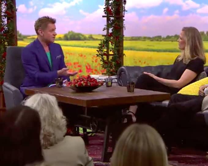 Rickard Olsson intervjuar författaren och journalisten Åsne Seierstad. Foto: SVT