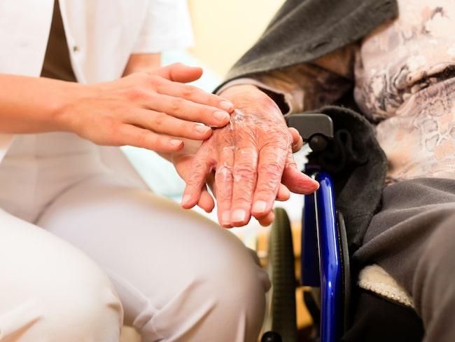 Flera anställda inom äldreomsorgen vittnar för tidningen Kommunalarbetaren om att personer som borde varit bättre på svenska anställs just på grund av bristen på arbetskraft. Genrebild.