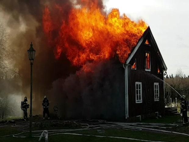 Villa från 1800-talet totalförstörd i brand