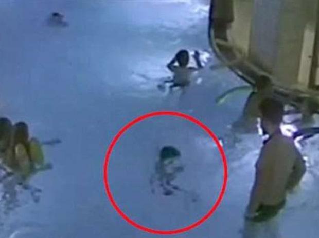Pojken håller på att drunka – men ingen i poolen märker