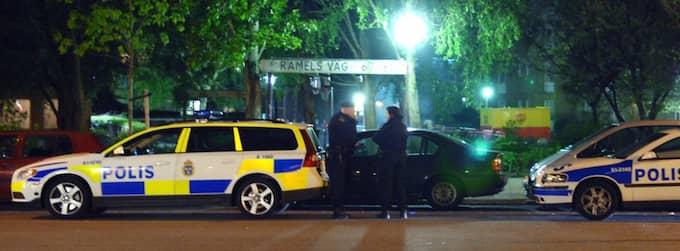 När polisen skulle gripa en misstänkt drograttfyllerist, gick ett hundratal till attack mot polisen med stenar och flaskor. Foto: Oscar Persson