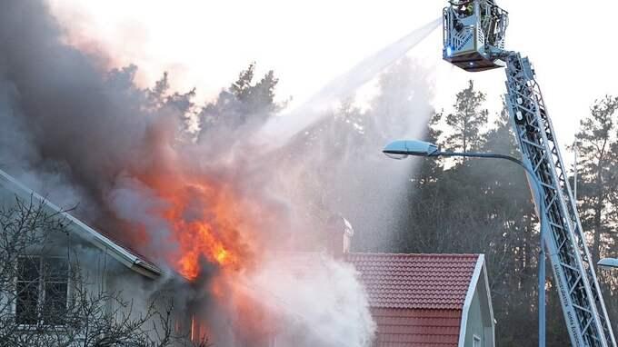 Branden är svårsläckt uppger räddningstjänsten Foto: Robert Betzehag / Rescue Photo
