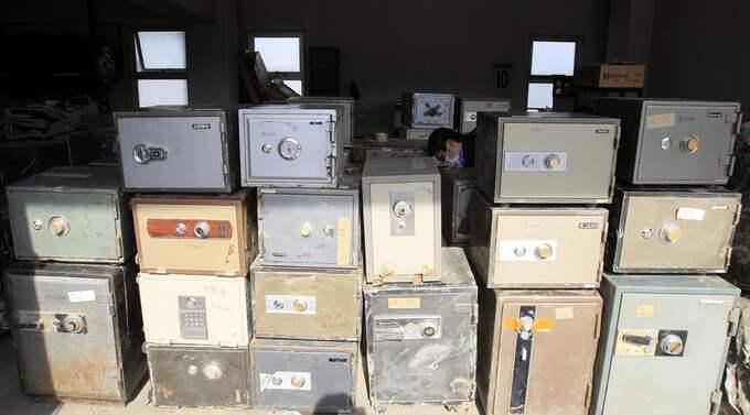 Hundratals kassaskåp står här i ett garage efter att de flutit i land efter tsunamin. Foto: Lee Jin-Man