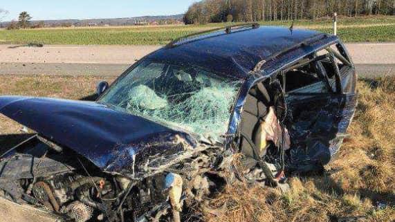 Jimmys bil blev kraftigt demolerad. Foto: POLISEN