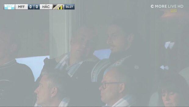 Här dyker Zlatan upp för att hylla MFF
