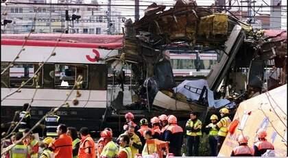 200 DÖDA. Den 11 mars 2004 exploderade flera bomber på pendeltåg i Madrid. Närmare 200 personer dog och 2 000 människor skadades vid attacken. Foto: Gamma / Ibl Bildbyrå