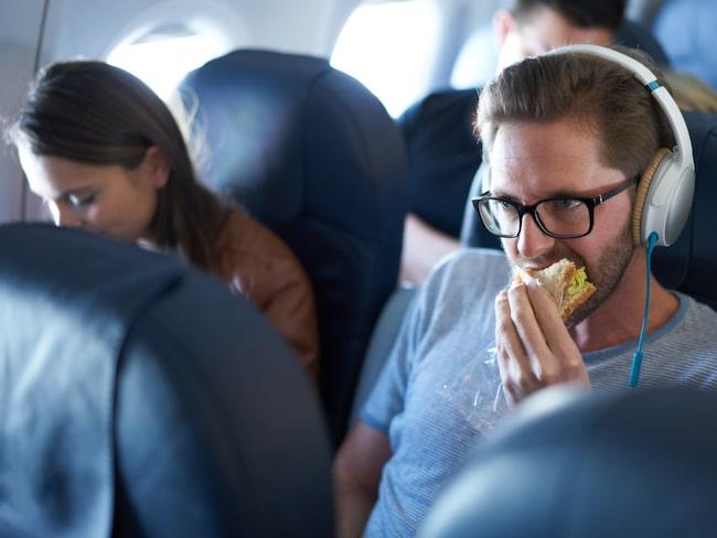 Att magen känns extra gasig när man flyger är ett allmänt problem.