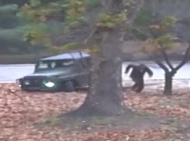 Här flyr en nordkoreansk soldat över gränsen