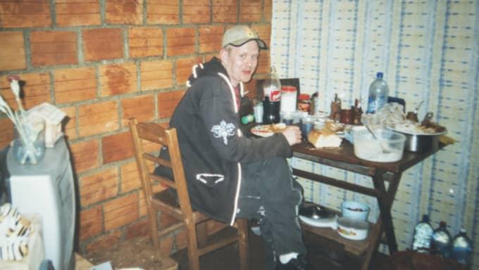 Jonas sitter till bords i den hembonade cellen inne på San Pedro. Foto: Privat