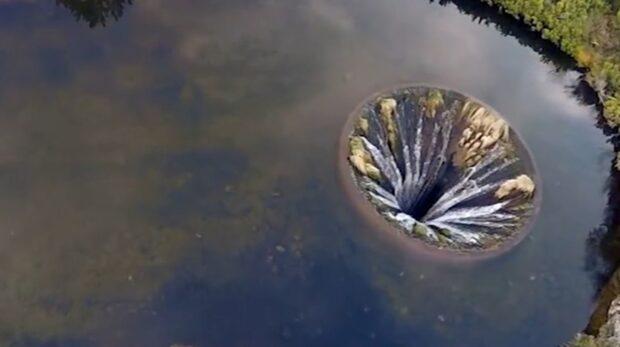Mystiskt: Sjön ser ut att sluka sig själv