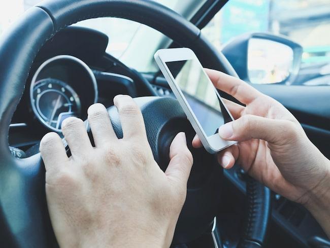 Svenskarna har inte slutat rattsurfa efter det nya mobilförbudet, tvärtom.