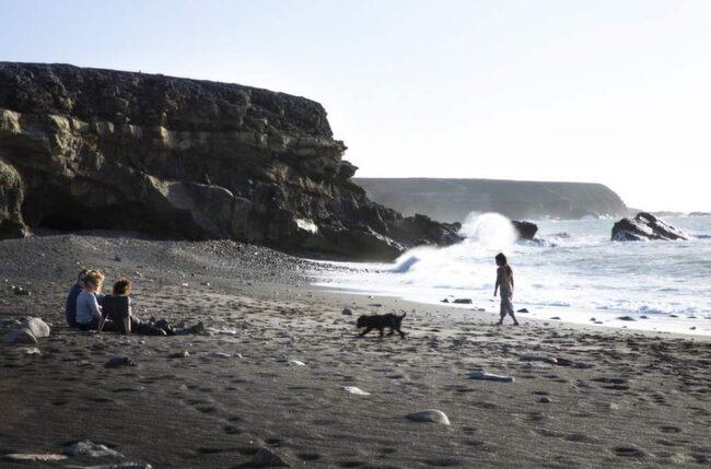 DRAMATISKT. Strandens sand är lavasvart.