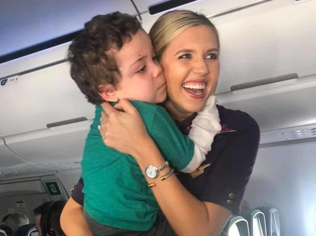 Mamman Sonja beskriver flygvärdinnan som en hjälte.