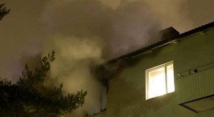 FLYDDE VIA BALKONGEN. Familjen i Högdalen i södra Stockholm som utsattes för mordbranden tvingades fira ner sig från balkongen på tredje våningen. Foto: Scanpix