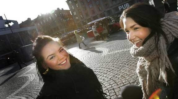 """Thea Prucha, 21, och Matilda Aspling, 19, butikssäljare, Stockholm: """"Till och med kungen har Facebook"""", säger Thea. """"Facebook är ett bra sätt att hålla kontakt med sina vänner på. Någon dyker upp varje gång man loggar in, som man inte visste fanns där"""", säger Matilda. Foto: Stefan Forsell"""