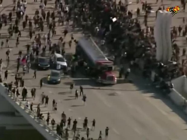 Lastbilen skenar – kör in i folkmassa med demonstranter