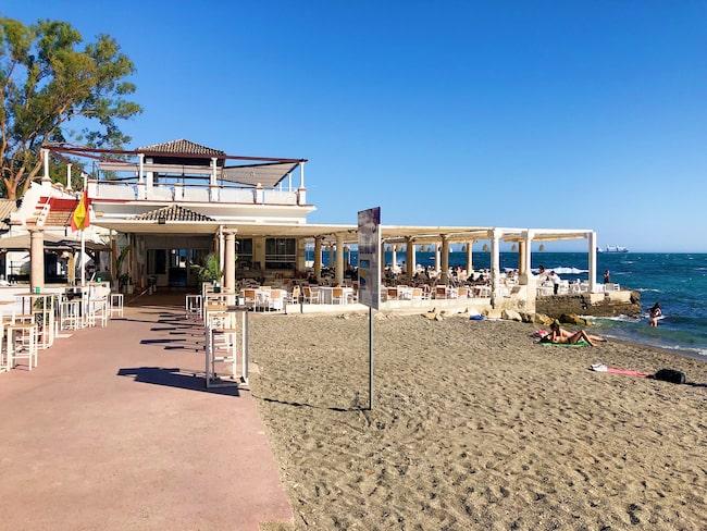 Ta gärna ett dopp i havet efter ett besök på restaurang El Balneario.