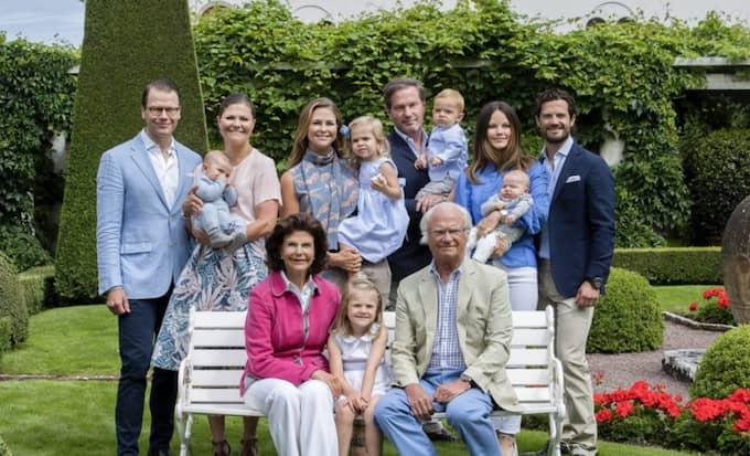 Här är nya bilden på kungafamiljen. De är samlade utanför Solliden på Öland. Foto: Jonas Ekströmer/Tt / TT NYHETSBYRÅN