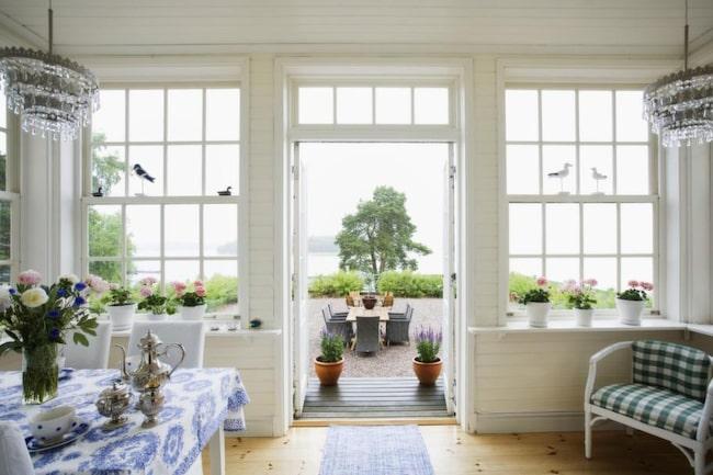 <strong>Havsutsikt</strong><br>Glasverandan används bara sommartid för här finns endast enkelfönster. Dubbeldörrarna vetter mot en grusad plan och havet.