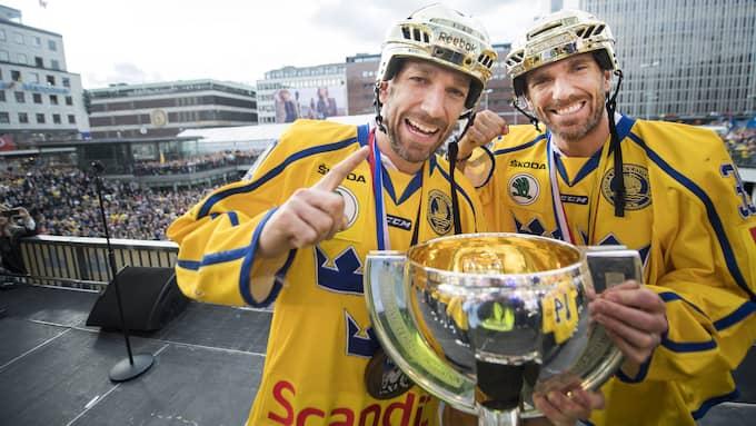 Joel och Henrik Lundqvist med VM-pokalen på Sergels torg den 22 maj. Foto: JOHANNA LUNDBERG / BILDBYRÅN