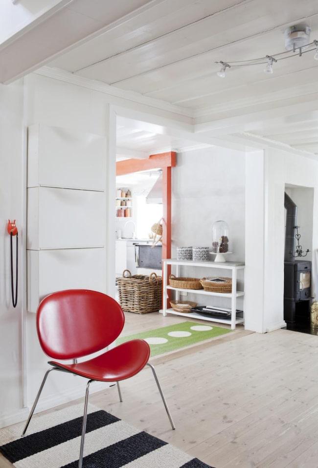 Röda detaljer<br>Överallt i huset finns färgglada möbler och tyger. Mattor från Pappelina.